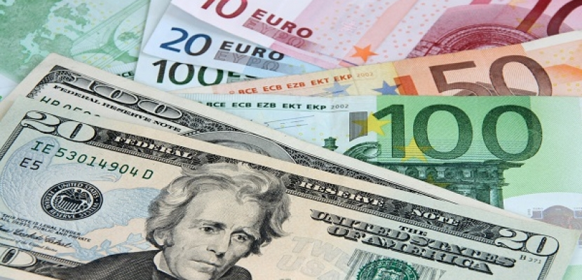 الدولار يستهل تداولات 2018 بانخفاض واليورو يتألق