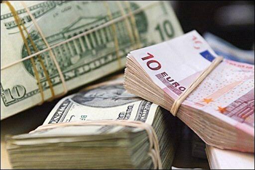 اليورو يتراجع مقابل الدولار