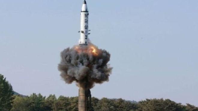 كوريا الجنوبية تقول إن بيونغ يانغ تختبر صواريخ مضادة للسفن.