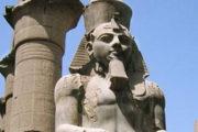 فحص رأسى تمثالى الفرعون رمسيس الثانى والملك ماركوس