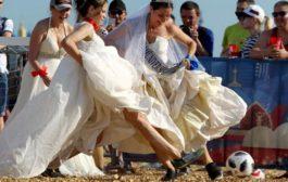 مباراة كرة قدم ودية بين روسيات ترتدين أثواب زفاف