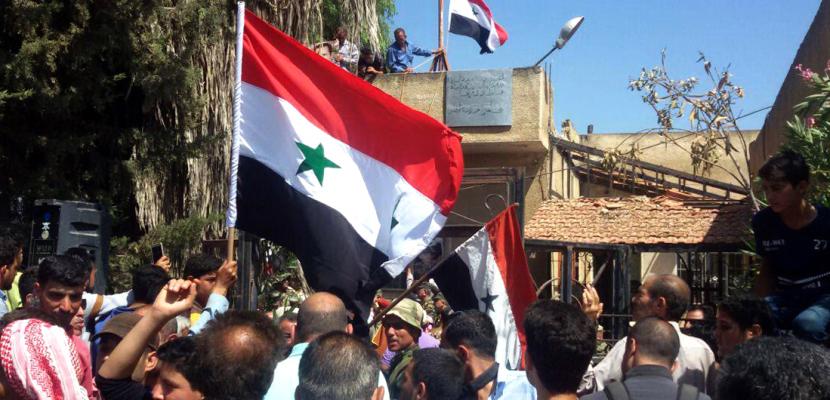 الجيش السورى يرفع العلم فوق مدينة طفس شمال غرب درعا