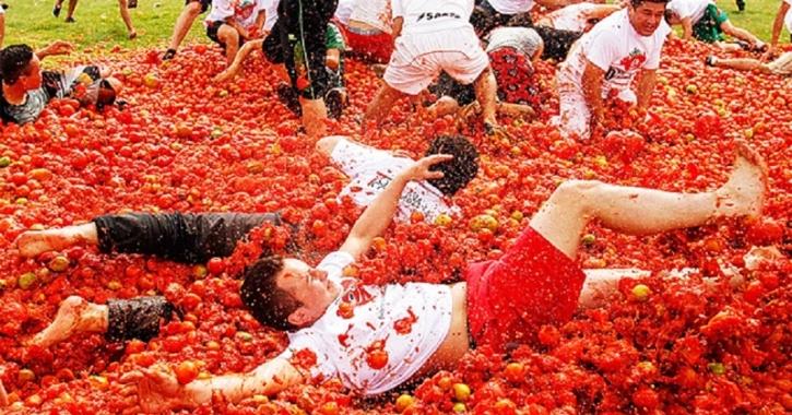 حرب الطماطم تندلع في مهرجان توماتينا الإسباني
