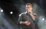 """عمرو دياب يصد أحد المعجبين """"مش عاجبك ماتسمعنيش"""""""