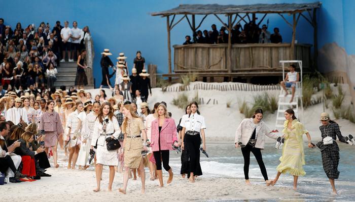 شانيل تحول قاعة عرض إلى شاطئ خلاب في أسبوع باريس للموضة