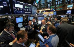 وول ستريت تفتح منخفضة بفعل استمرار مخاوف بشأن النمو العالمي
