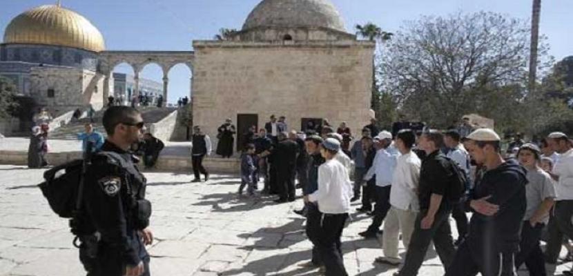 مستوطنا يقتحمون المسجد الأقصى بحراسات مشددة من قوات الاحتلال