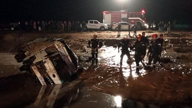 السيول تقتل 12 شخصا في الأردن وتطيح بوزير الأشغال في الكويت