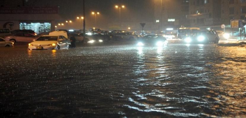 الامطار الغزيرة تعمل على تحويل مسار العديد من الرحلات الجوية بالكويت