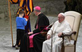 """طفل """"جامح"""" يخطف الأنظار من البابا فرنسيس خلال قداس"""