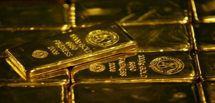 الذهب ينخفض مع ارتفاع الدولار بفضل تعليقات المركزي الأمريكي