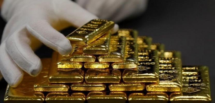 الذهب يكسب مع تأثر الدولار سلبا بفعل توقعات قاتمة لاقتصاد أمريكا
