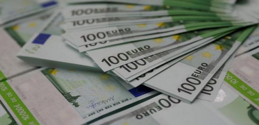 اليورو يقبع عند أدنى مستوى في أسبوعين مع انخفاض عائد السندات