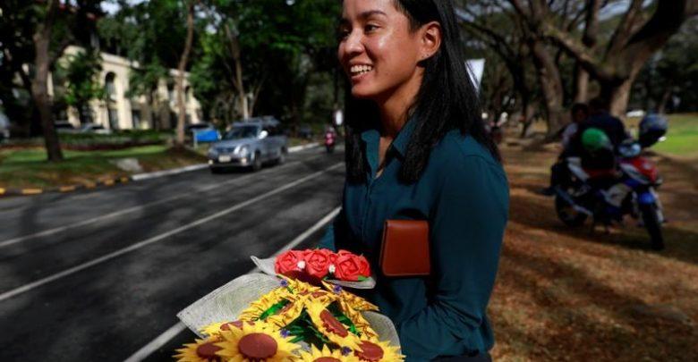 في عيد الحب.. فلبينيون يعبرون عن حبهم الأبدي بباقات زهور ورقية