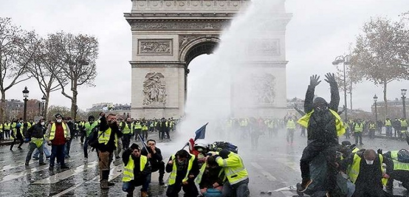 """إصابات جراء اشتباكات بين محتجي """"السترات الصفراء"""" والشرطة في باريس"""