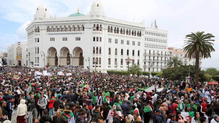 احتجاجات الجزائر تحول تركيزها إلى النخبة السياسية وليس بوتفليقة وحده