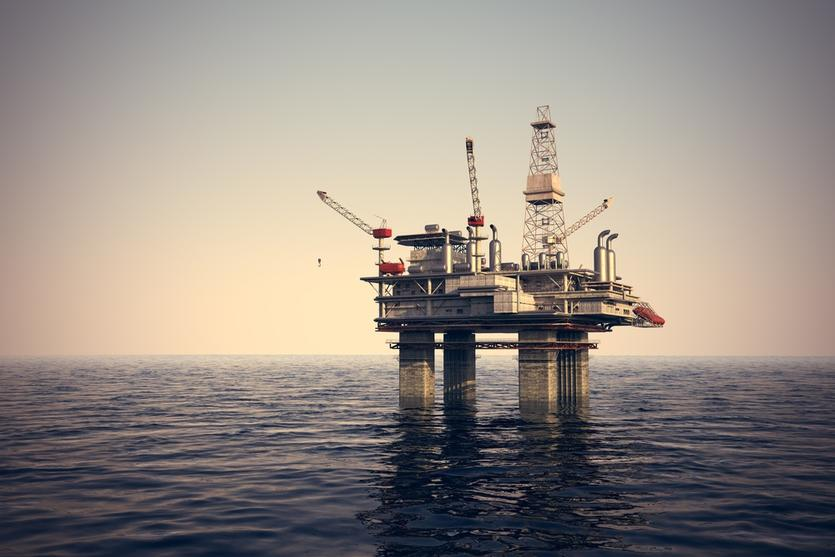 النفط ينخفض من ذروة أربعة أشهر لكن تخفيضات أوبك والعقوبات تدعمان السوق
