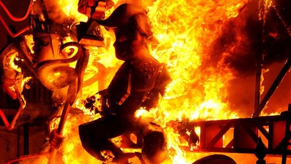 مهرجان إسباني يضيء سماء بلنسية بالألعاب النارية وحرق الدمى