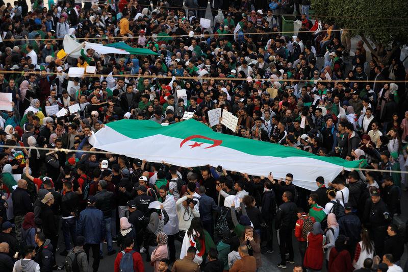 دبلوماسي ومحتجون يرسمون مستقبل الجزائر بعد بوتفليقة