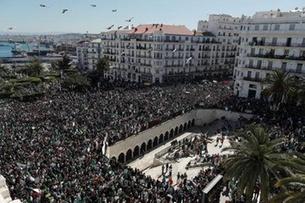 عشرات الآلاف يشاركون في احتجاجات مناهضة لبوتفليقة في العاصمة الجزائرية