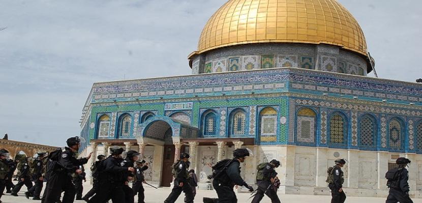 مستوطنون يقتحمون المسجد الأقصى وسط حراسة الاحتلال الإسرائيلي