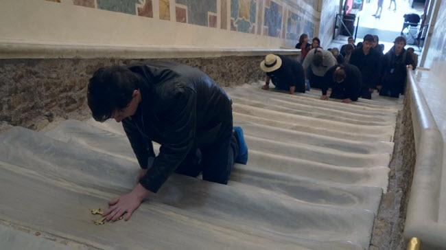 """الكشف عن """"الدرج المقدس"""" في روما للمرة الأولى منذ 300 عام"""