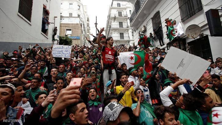 """الجزائر.. محتجون يطالبون برحيل """"النظام"""" ومحاسبة """"العصابة"""""""
