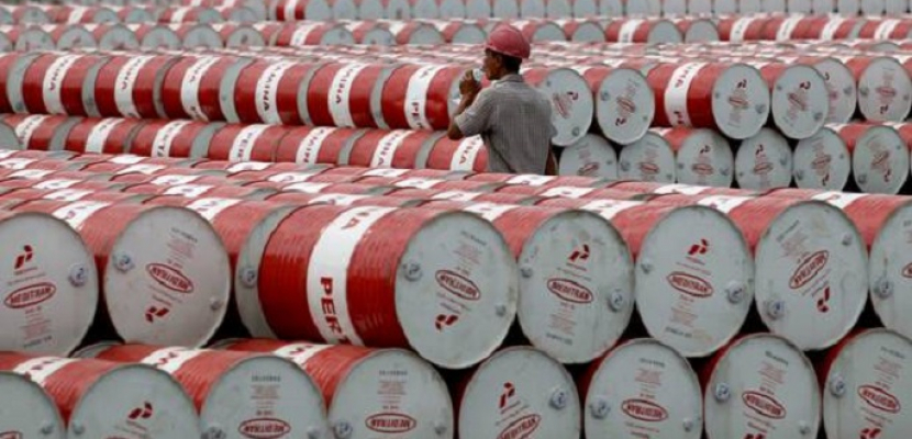 النفط يرتفع بفضل صعود الأسواق المالية وتوقعات بتمديد تخفيضات الإنتاج