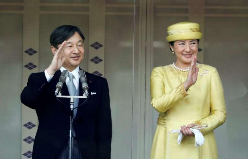 هتافات وصيحات مع تحية إمبراطور اليابان الجديد الشعب لأول مرة