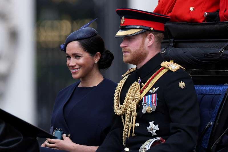 الأمير هاري وزوجته ميجان يحضران عرضا عسكريا أقيم تكريما للملكة إليزابيث