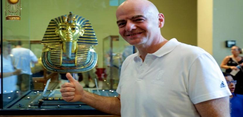 رئيس الفيفا في جولة داخل المتحف المصري بالتحرير