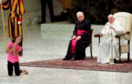 البابا يسمح لفتاة مريضة بالتصفيق والرقص على المسرح أثناء العظة