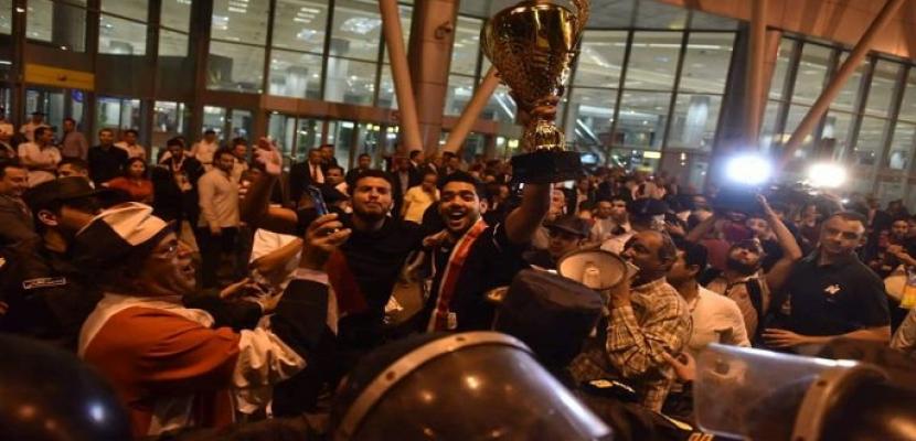 استقبال رسمى و شعبى حافل لابطال منتخب اليد للناشئين لدى وصولهم مطار القاهرة