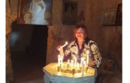الهام شاهين توقد الشموع في دير «مار توما»..