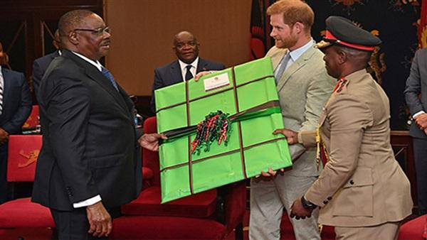 الأمير البريطاني هاري يتبادل الهدايا مع رئيس مالاوي