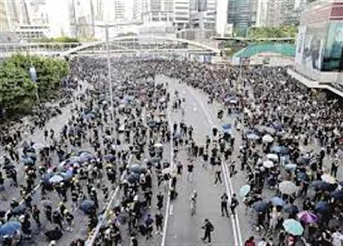 شرطة هونج كونج تطلق الغاز المسيل للدموع وخراطيم المياه مع تحول احتجاجات للعنف