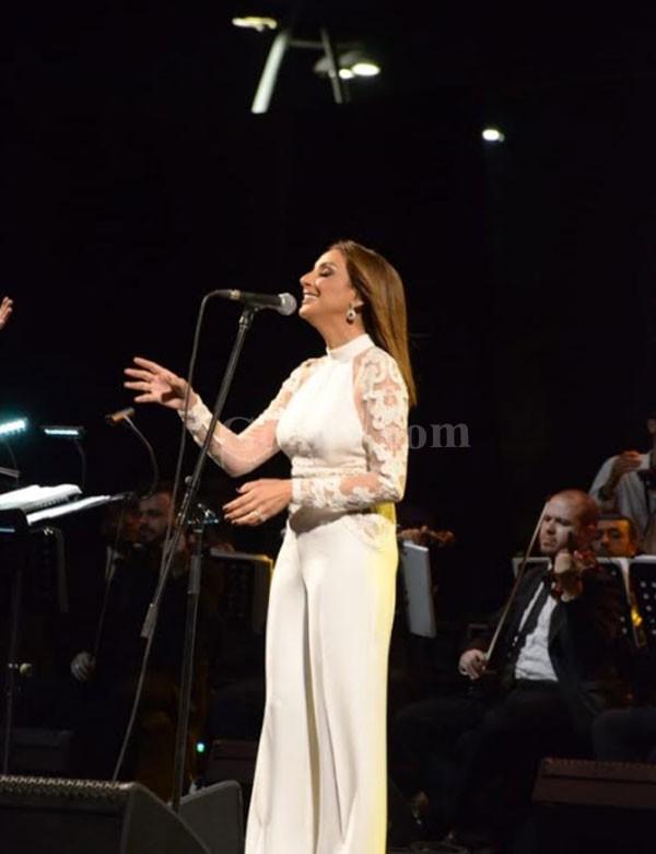 أنغام تتعرض للإغماء على المسرح في حفلها بالسعودية