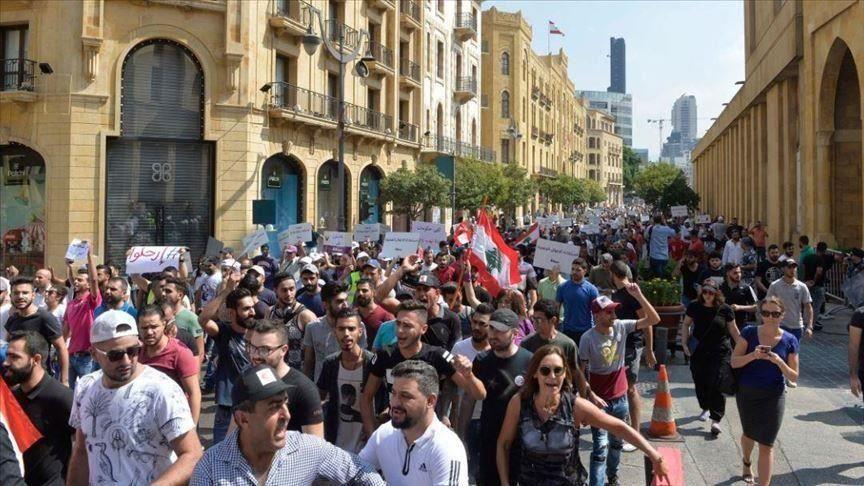 ناشطون لبنانيون يقتحمون مبنى البرلمان بالعاصمة بيروت