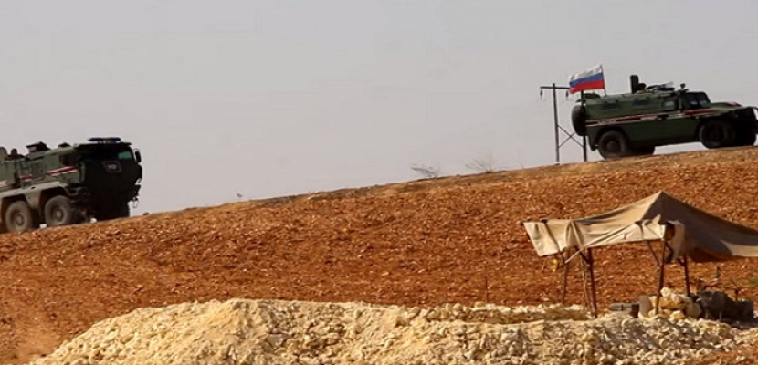 الشرطة العسكرية الروسية تسير دوريات في عين العرب على الحدود السورية التركية