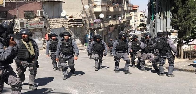 قوات الاحتلال تنصب بوابة حديدية جنوب قلقيلية شمال الضفة الغربية