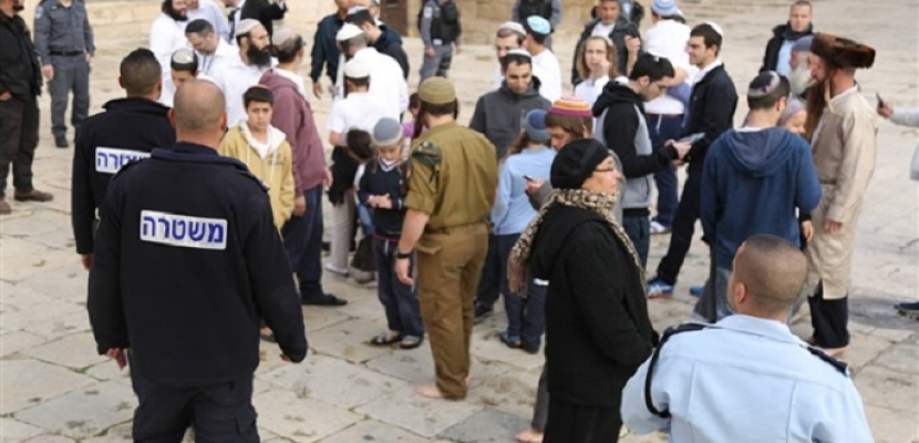 مئات المستوطنين يقتحمون قبر يوسف في نابلس بحماية الاحتلال الإسرائيلي