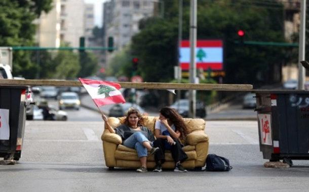 عمليات قطع طرق فى لبنان .. واضراب عام يشل القطاع المصرفى