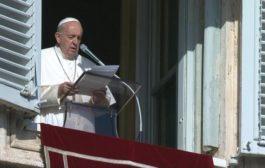 البابا فرنسيس يعتذر عن ضرب يد امرأة جذبته بشدة