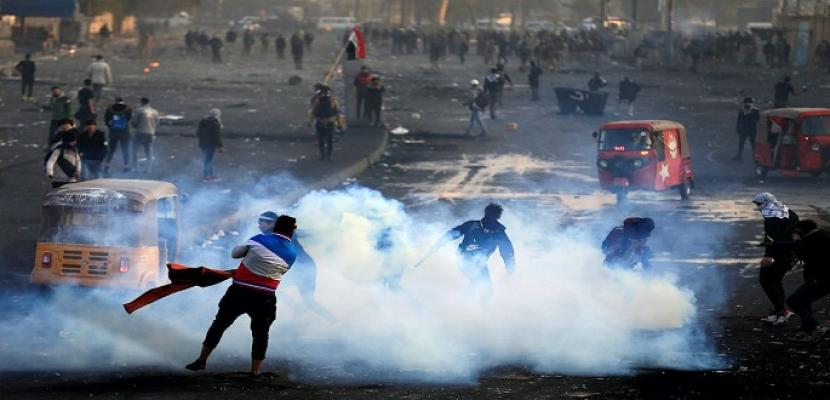 تجدد المواجهات بين المتظاهرين والأمن وسط بغداد .. ومقتل متظاهر فى كربلاء برصاص القوات الأمنية