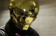 """محمد رمضان يواجه كورونا بـ""""خوذة ذهبية"""""""