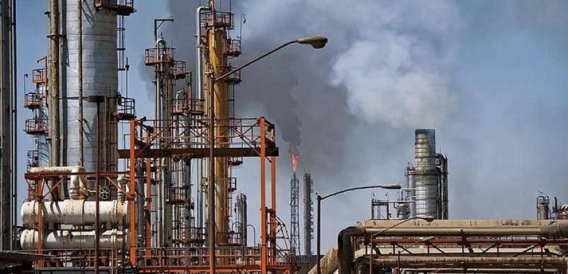 النفط يرتفع بفضل توقعات بخفض الإنتاج الأمريكي مع تراجع الطلب