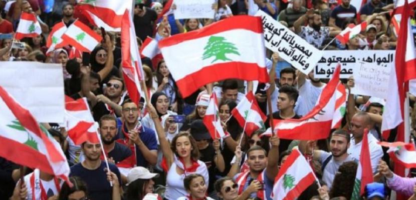 المحتجون يغلقون طرقا رئيسية في لبنان لليوم الثالث بسبب الأزمة الاقتصادية
