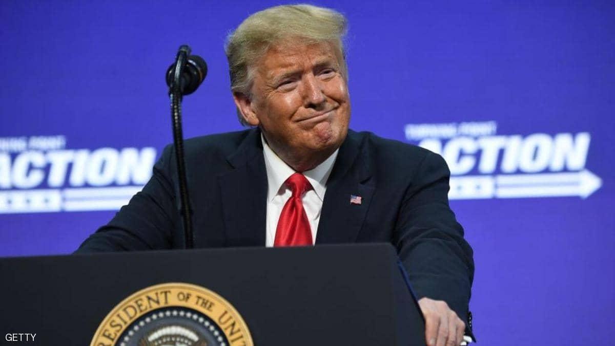 """ترامب """"الذي لا يضع كمامة"""" يشيد بارتداء الكمامات لوقف كورونا"""