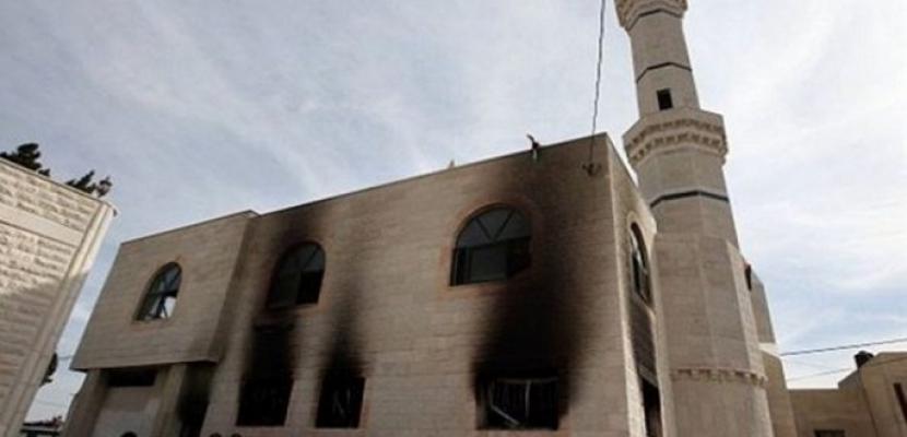 مستوطنون يضرمون النار بمسجد قرب رام الله بالضفة الغربية