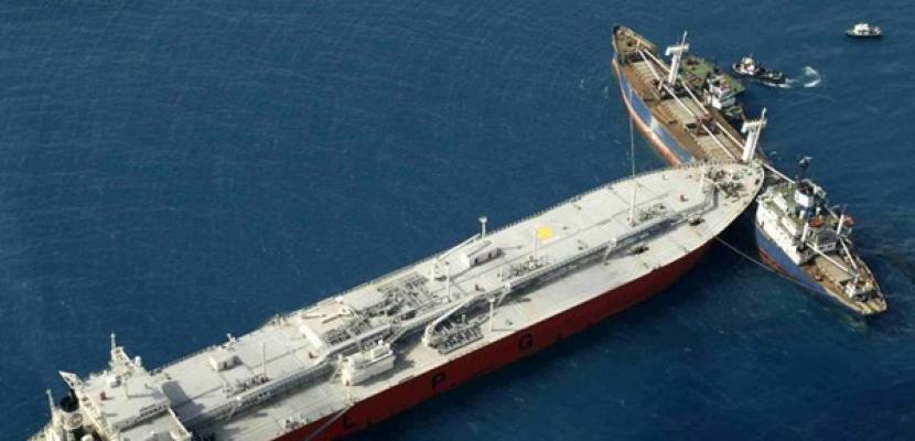 تصادم بين سفينة عسكرية وحاوية قبالة ميناء بيريوس اليوناني